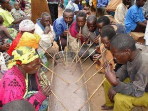 Partage de la boisson dans un abac traditionnel lors de la fête
